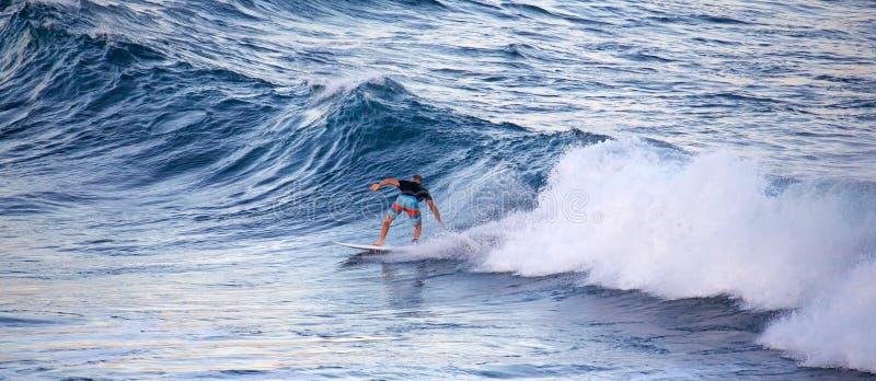 冲浪在Ho ` okipa 图库摄影