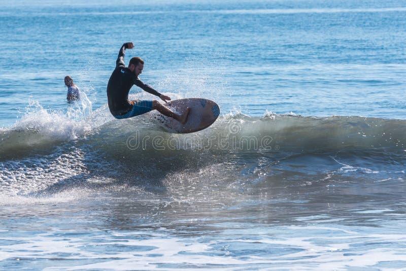 冲浪在playa hermosa en哥斯达黎加-太平洋海岸 库存照片