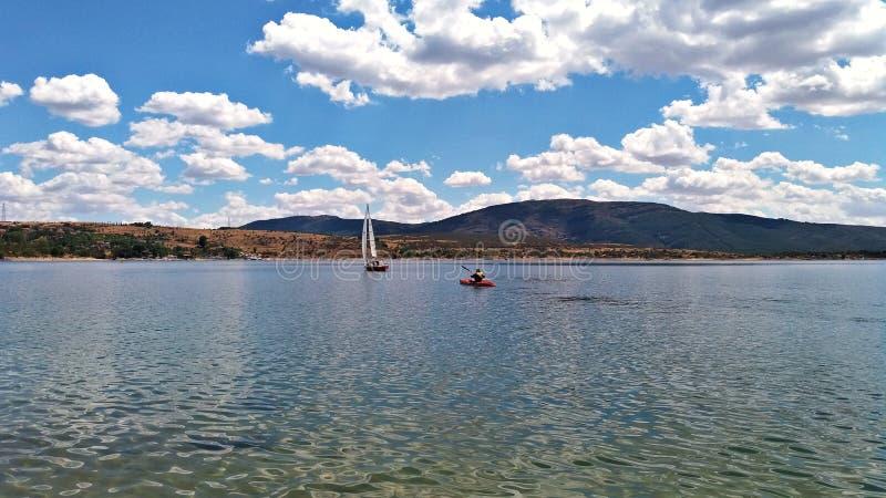 冲浪安静的水的风船和皮船 库存照片