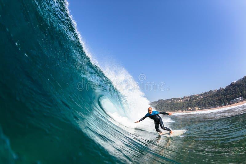 冲浪的冲浪者乘驾波浪水 免版税库存图片