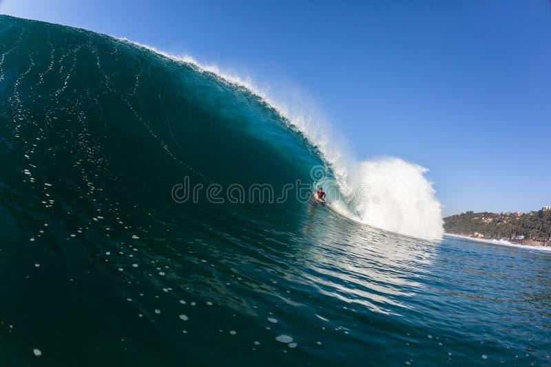 冲浪的里面蓝色空心碰撞的波浪 库存图片