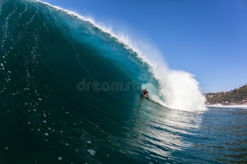 冲浪的里面蓝色空心碰撞的波浪 库存照片