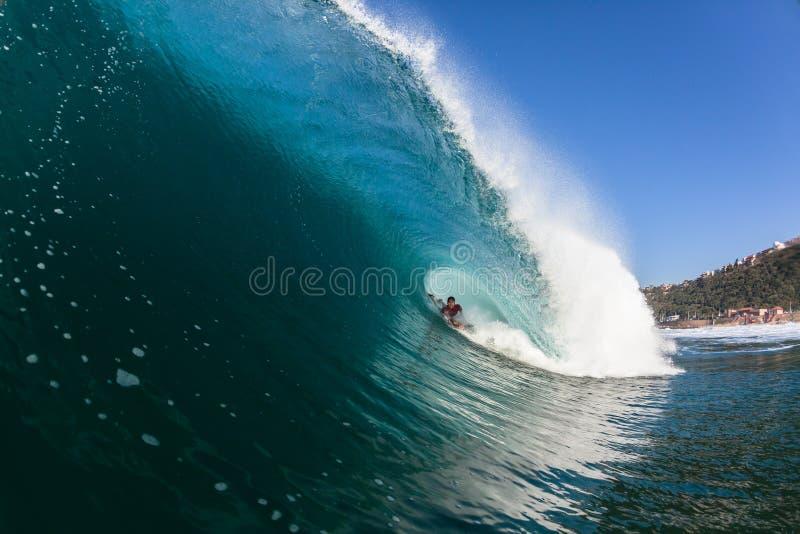 冲浪的里面蓝色空心碰撞的波浪 免版税库存照片