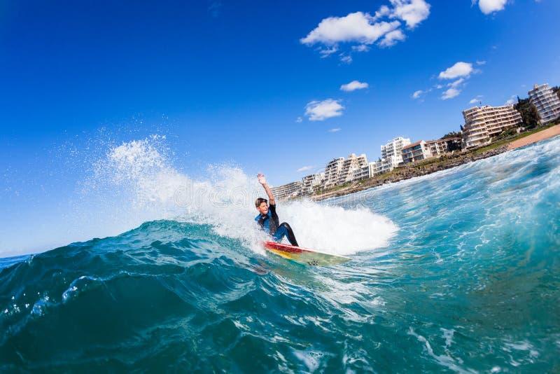 冲浪的青少年的冲浪者水波行动 库存图片