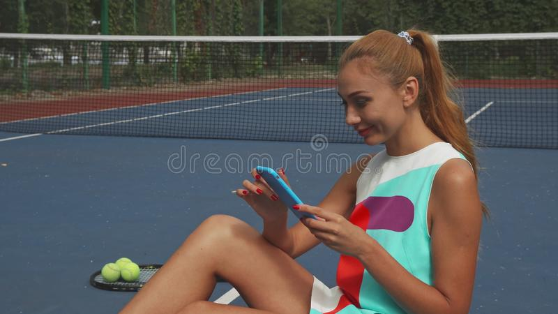 冲浪网的网球女孩,当放松时 免版税库存照片