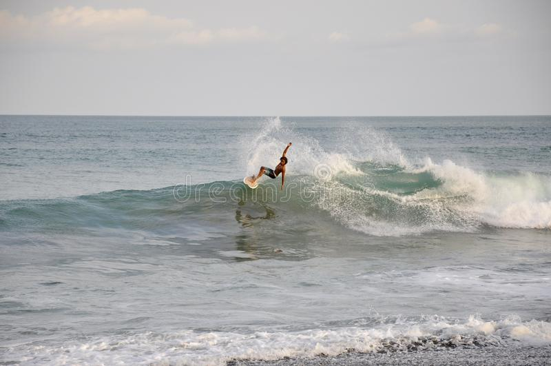 冲浪者乘波浪在雅科岛海滩,哥斯达黎加 库存图片