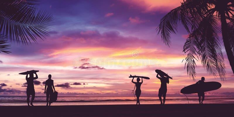 冲浪者人运载的冲浪板剪影  免版税图库摄影