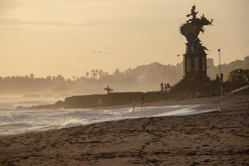 冲浪者和人们回声的在Canggu巴厘岛印度尼西亚靠岸太阳的 免版税库存图片