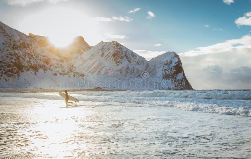 冲浪者在一美好的好日子征服海洋的波浪 图库摄影