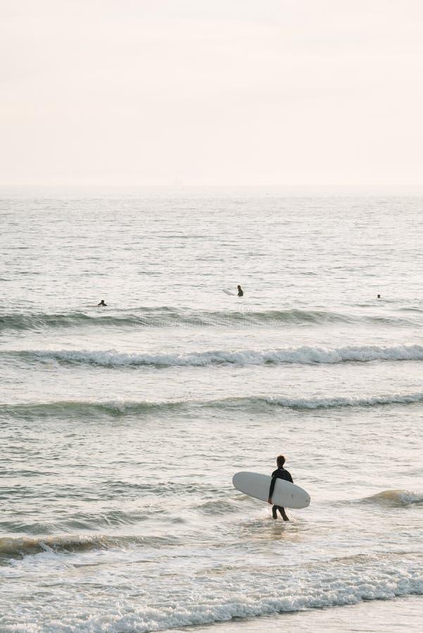 冲浪者在新港海滨进入太平洋,橙县,加利福尼亚 免版税库存图片