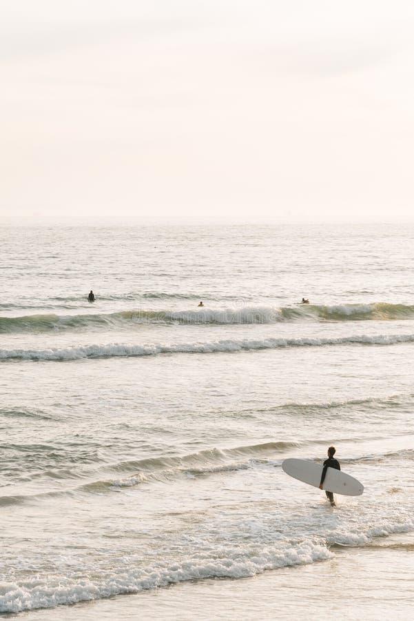 冲浪者在新港海滨进入太平洋,橙县,加利福尼亚 免版税库存照片