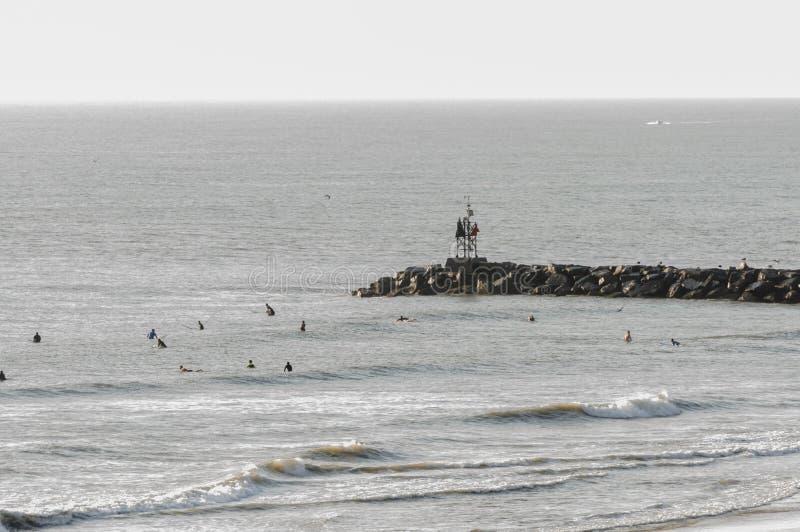 冲浪者在海洋在弗吉尼亚海滩, VA冲浪 免版税库存图片