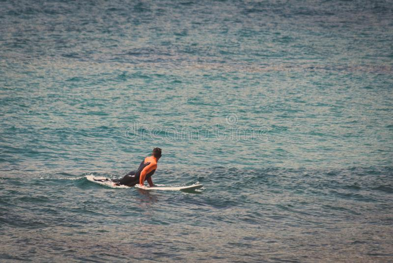 冲浪者在等待波浪的海 免版税库存图片