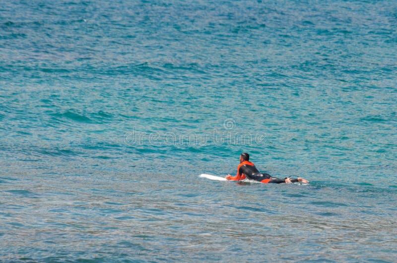 冲浪者在等待波浪的海 库存照片