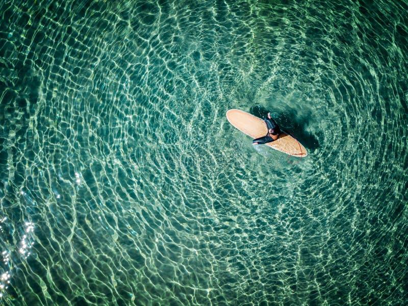 冲浪者女孩的鸟瞰图 免版税图库摄影