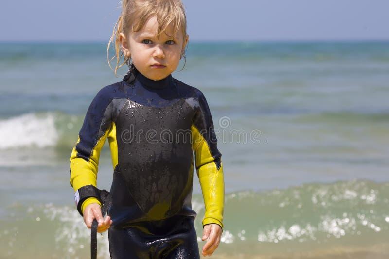 年轻冲浪者小女孩 免版税库存图片