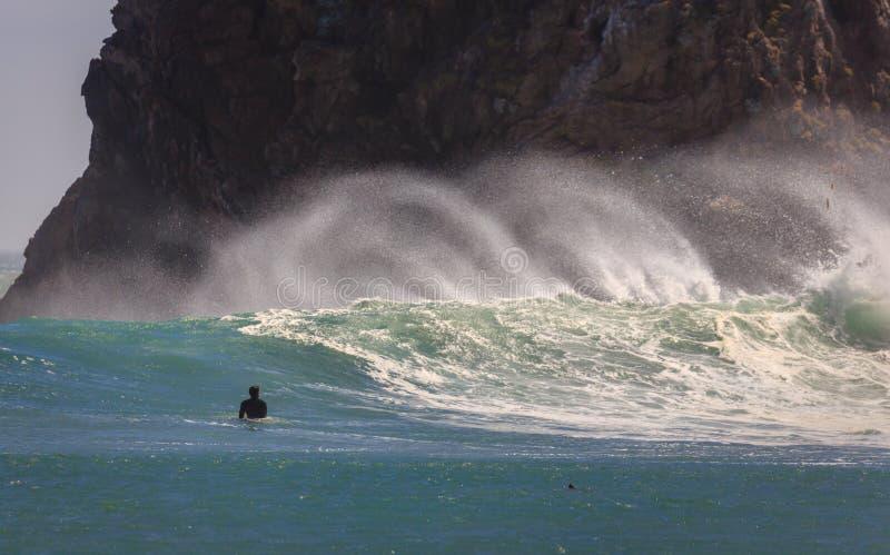 冲浪者注视与培养一朵高浪花的强的近海微风的波浪 库存图片