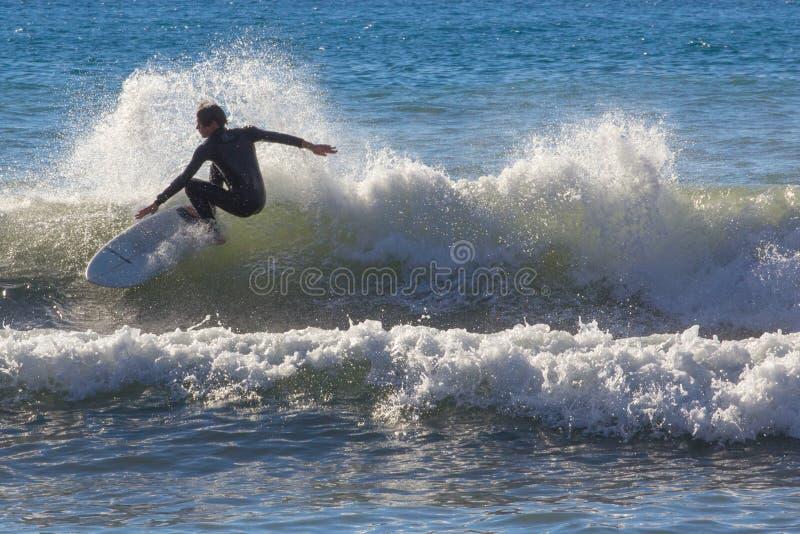 冲浪者采取波浪 库存照片