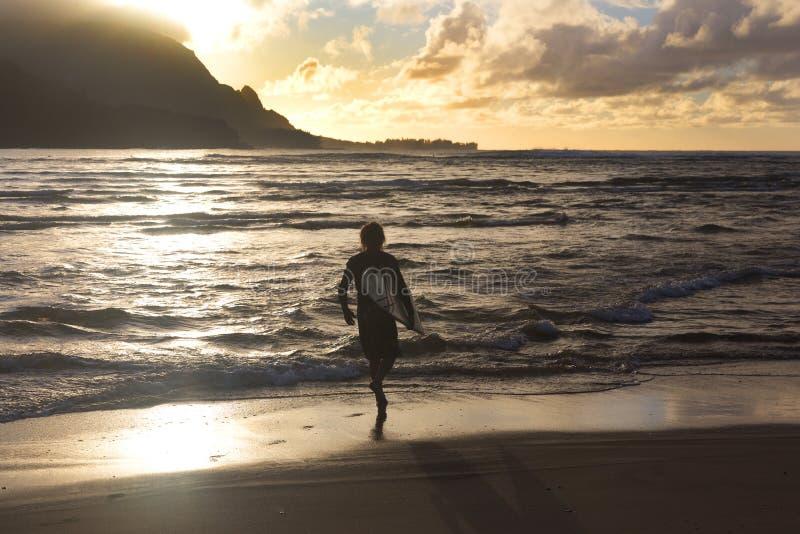 冲浪者,日落, Hanalei,考艾岛,夏威夷 图库摄影