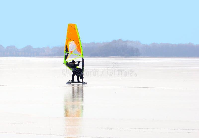 冲浪Loosdrechtse Plassen,荷兰的人冰 库存照片