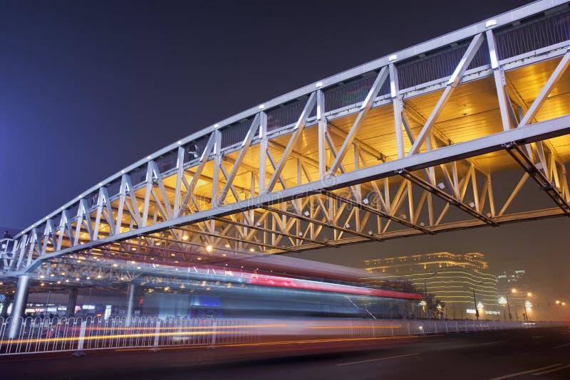 冲的交通在步行桥在晚上,北京下 免版税库存照片
