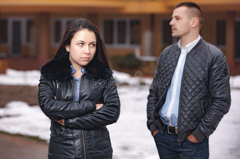 冲突进攻和情志过极在青年人夫妇 免版税库存图片