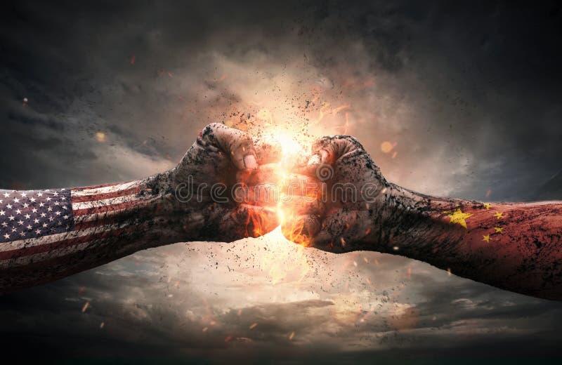 冲突,关闭击中的两个拳头在剧烈 库存照片