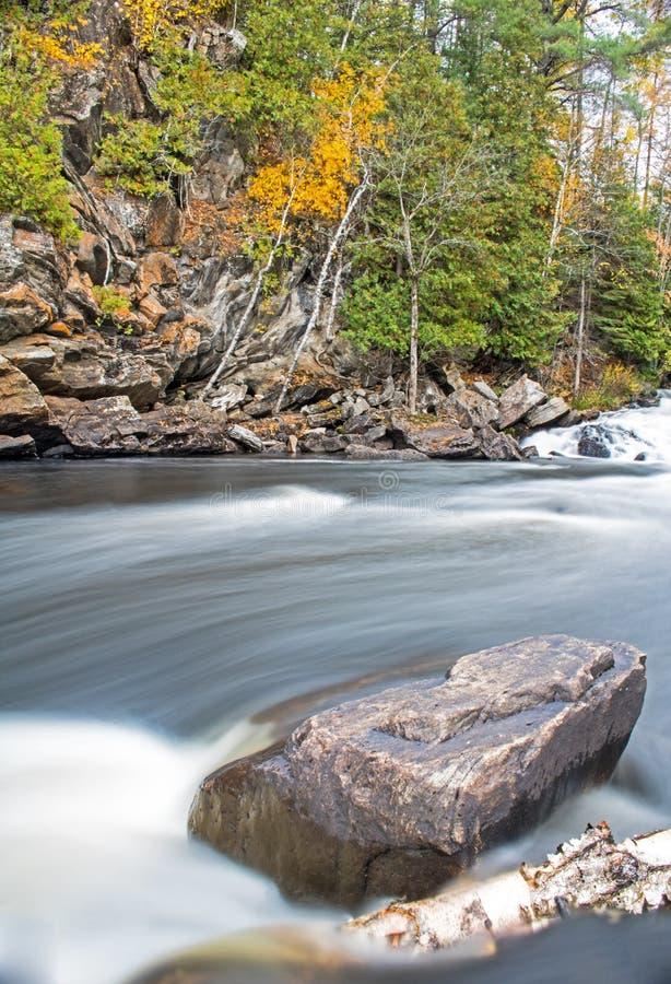 冲通过在约克河的岩石的水在秋天 图库摄影