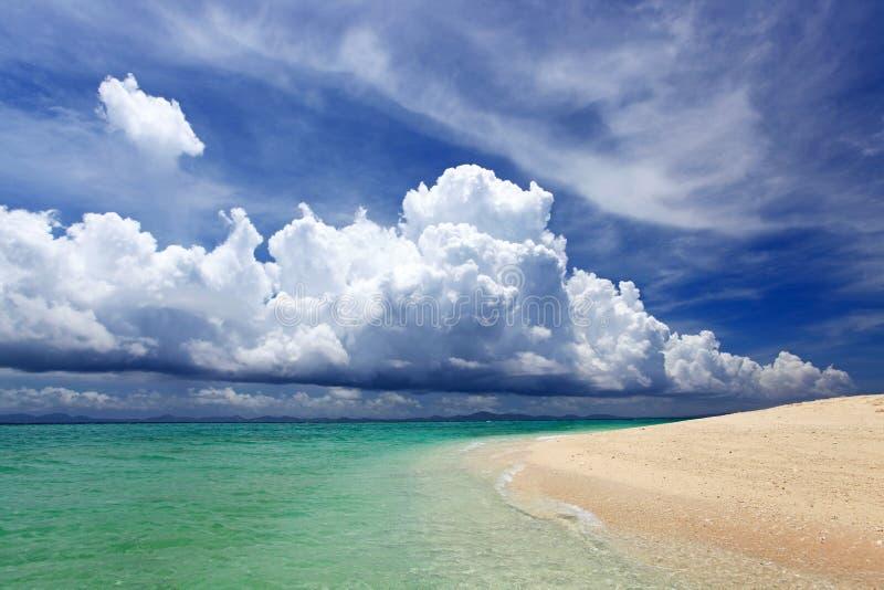 冲绳岛的鲜绿色海。 免版税库存照片