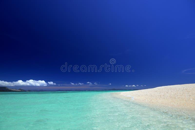 冲绳岛的鲜绿色海。 图库摄影