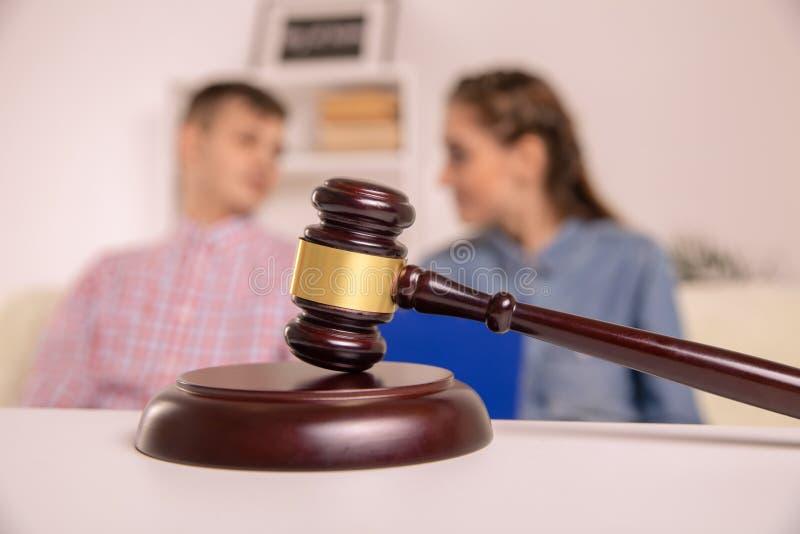 决定婚姻离婚的法官惊堂木 免版税库存图片