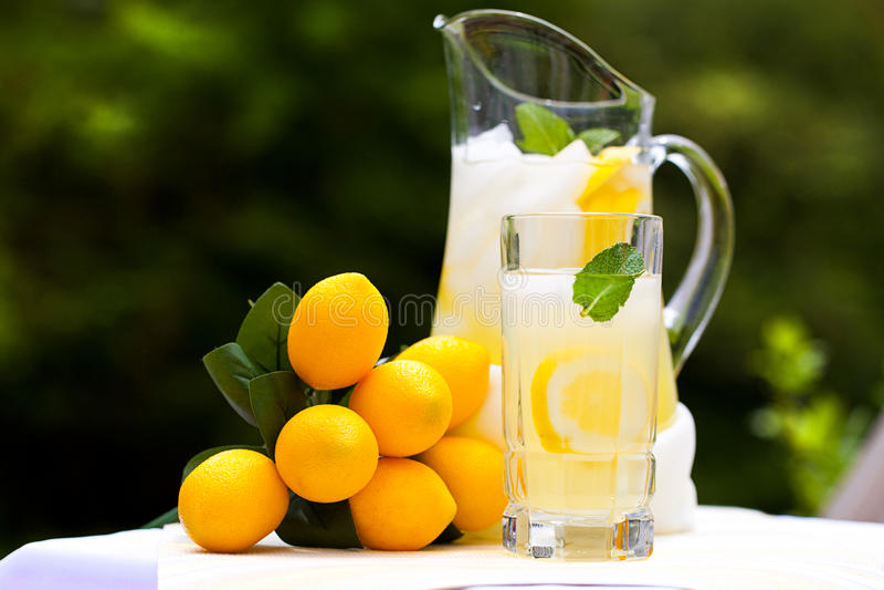 冷冰柠檬水薄菏 图库摄影