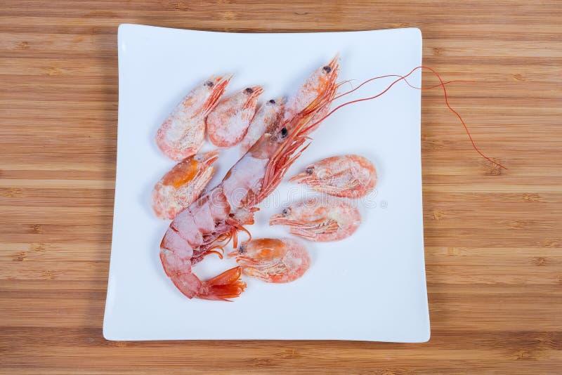 冷冻国王大虾和几只通常虾顶视图  免版税库存图片