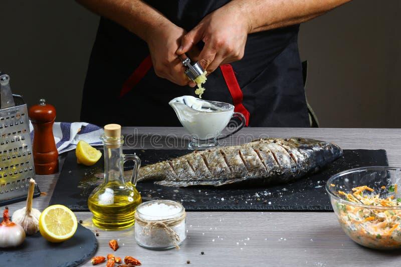 冷冻机食物准备在处理鲜鱼河鲤鱼由厨师手在家庭厨房里 与正文的背景设计菜单休息的 免版税库存照片