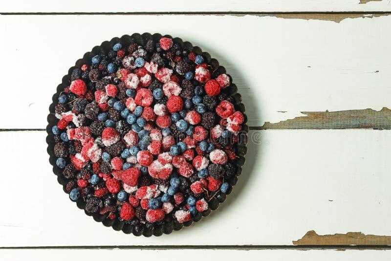 冷冻莓果以一种自创蛋糕形式 概念:自创蛋糕 蓝莓、莓,无核小葡萄干和其他 图库摄影