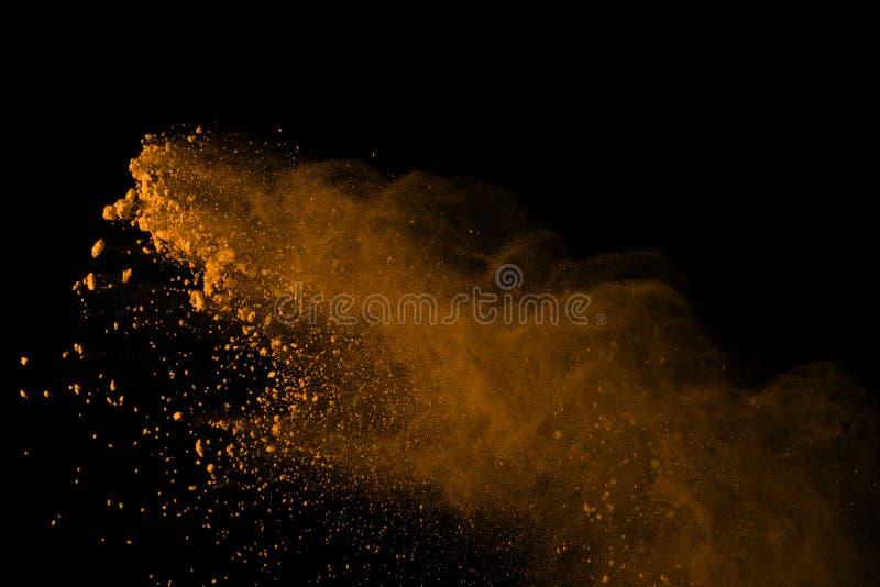 冷冻金在黑backgr隔绝的粉末爆炸的行动 库存照片