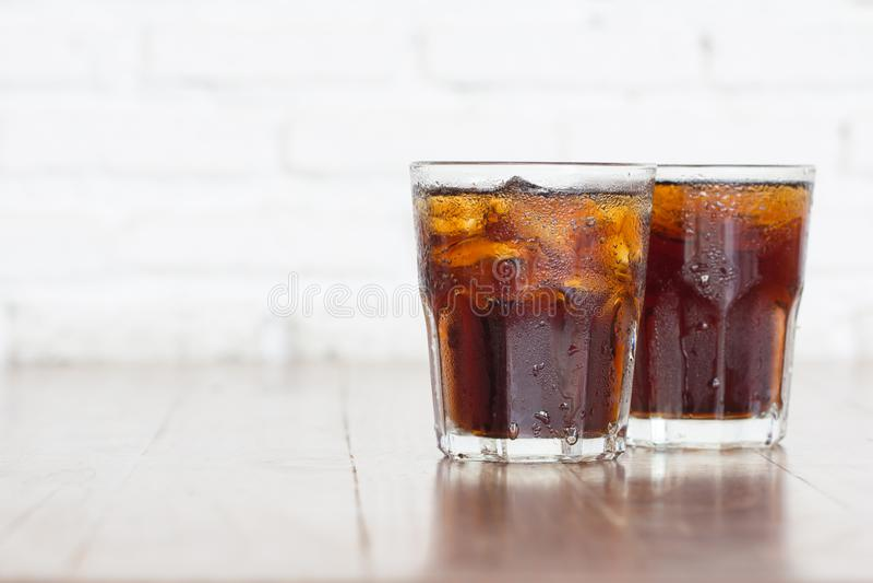 冷却与草皮的被冰的软饮料可乐成碳酸盐的液体新鲜食品 库存图片