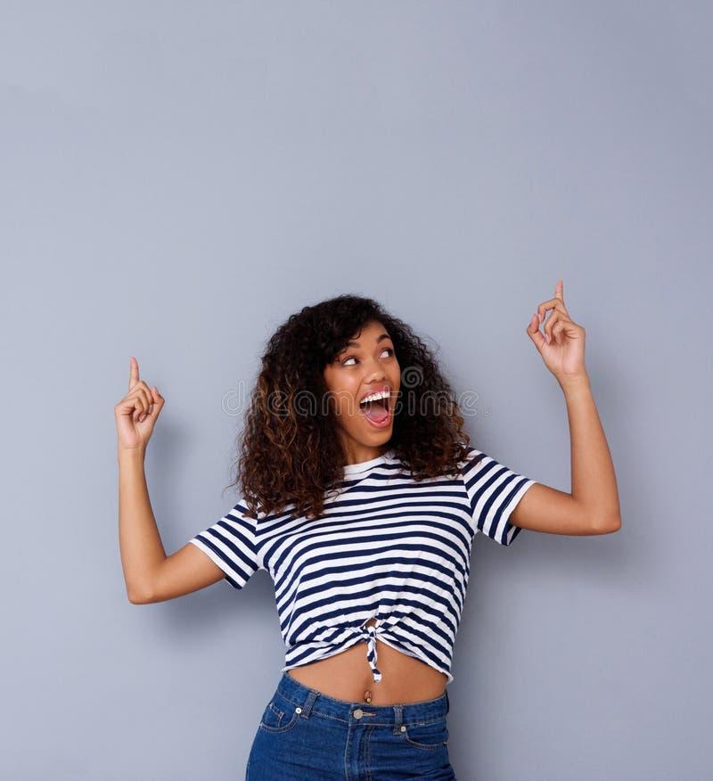 冷却指向年轻非裔美国人的妇女微笑和  免版税库存照片