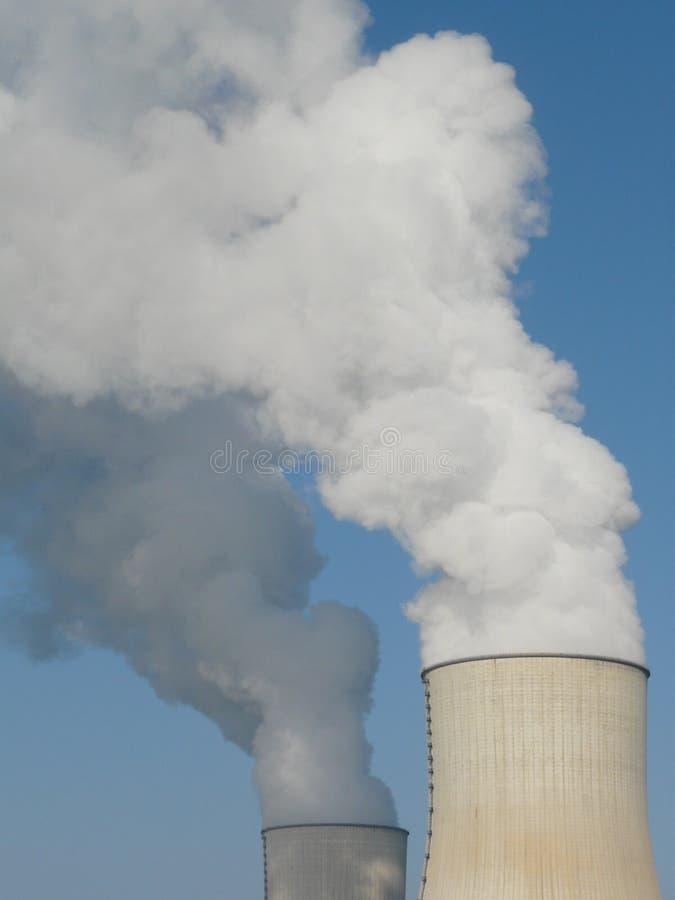 冷却的核发电站塔 免版税库存图片