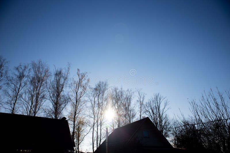 冷和清楚的秋天天空 免版税库存图片