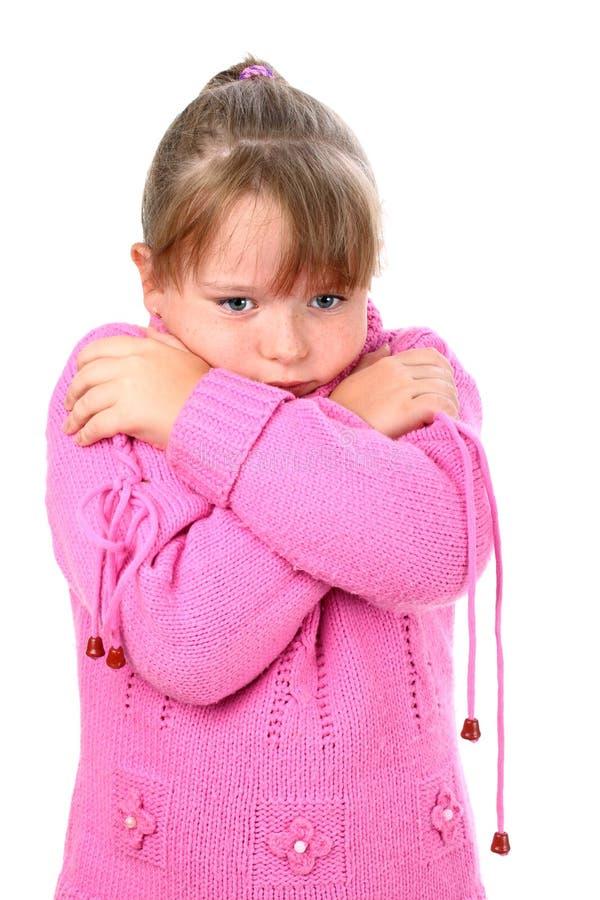 冷拥抱感觉女孩粉红色自毛线衣 免版税库存照片