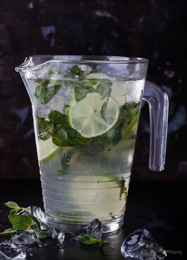 冷新鲜的柠檬水 免版税图库摄影