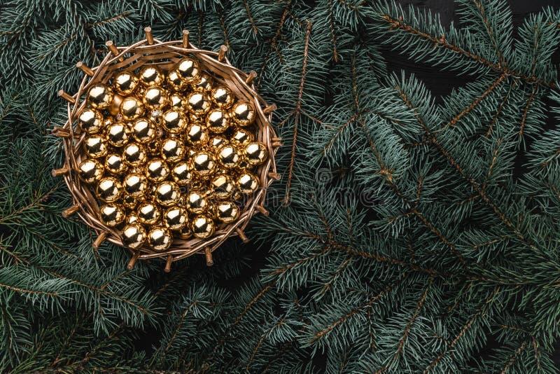 冷杉分支冬天背景  与金黄中看不中用的物品的篮子 袋子看板卡圣诞节霜klaus ・圣诞老人天空 顶视图 Xmas祝贺 库存照片