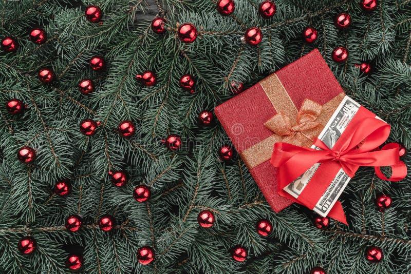 冷杉分支冬天背景  用红色中看不中用的物品和礼物金钱装饰 袋子看板卡圣诞节霜klaus ・圣诞老人天空 顶视图 Xmas祝贺 库存照片