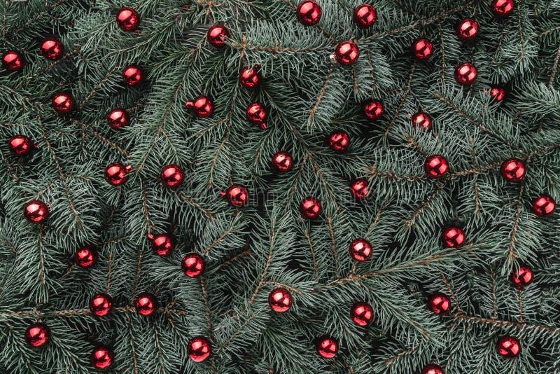 冷杉分支冬天背景  用红色中看不中用的物品装饰 袋子看板卡圣诞节霜klaus ・圣诞老人天空 顶视图 Xmas祝贺 免版税库存照片