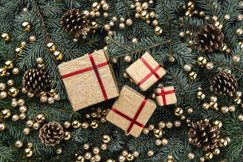 冷杉分支冬天背景  用金中看不中用的物品、锥体和礼物装饰 袋子看板卡圣诞节霜klaus ・圣诞老人天空 顶视图 Xmas祝贺 免版税库存图片