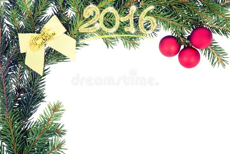 从冷杉分支的圣诞节框架与白色弓和红色球 免版税图库摄影