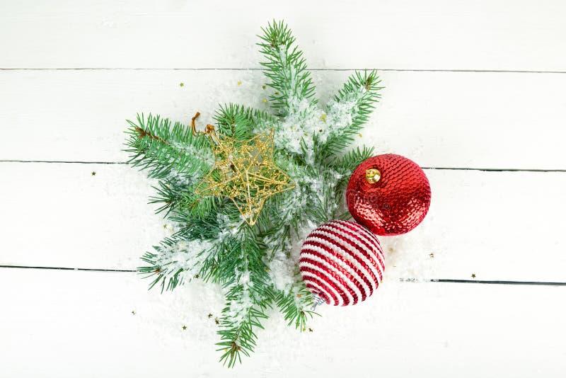 冷杉和明亮的圣诞装饰小树枝在一白色木 库存图片
