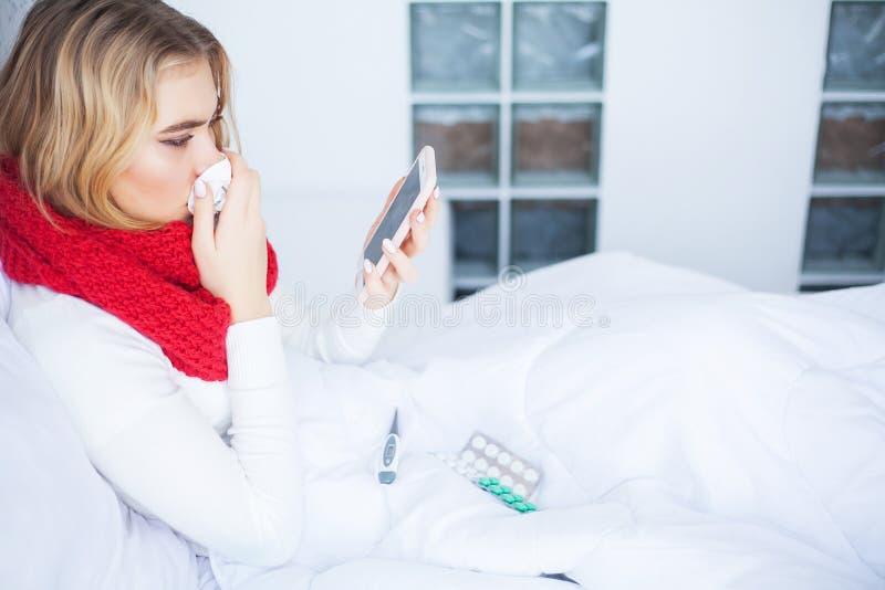 冷流感 病的妇女在床上在家谈话在电话 图库摄影