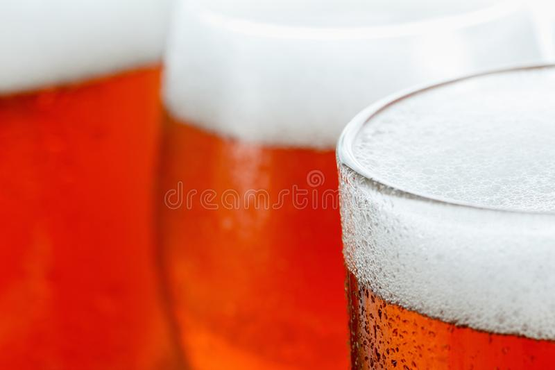 冷淡的杯凉快的啤酒泡沫, 免版税库存照片